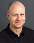 Portrettfoto av mann med sort genser. Foto.