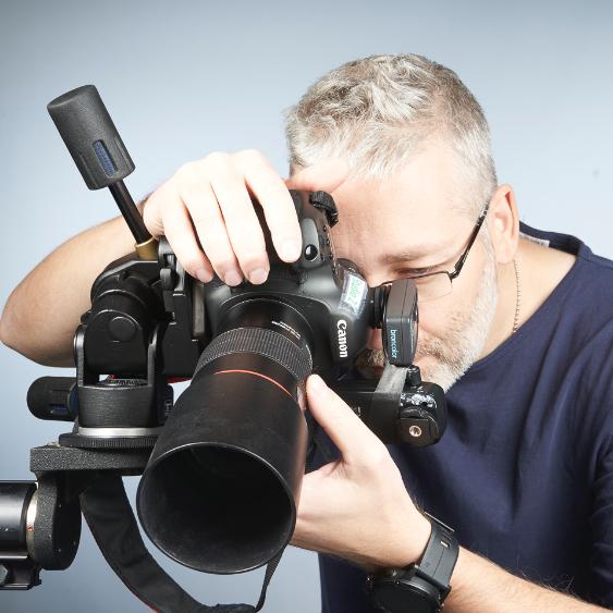 Fotograf bak profesjonelt kamera. Foto.