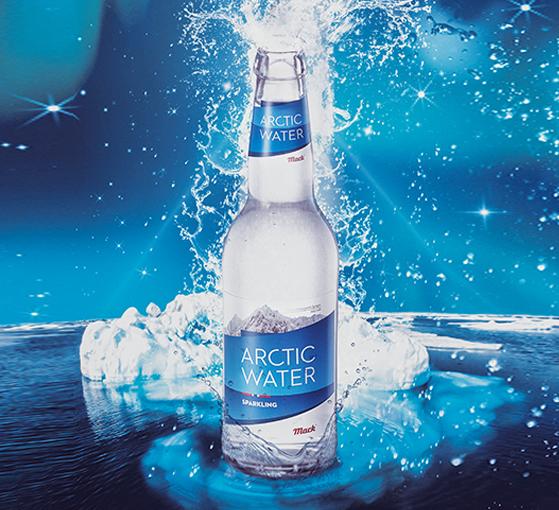 Flaske med vann som spruter foran isfjell og stjernehimmel. Grafikk.