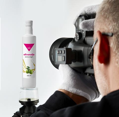 Fotograf som fotograferer en olivenoljeflaske