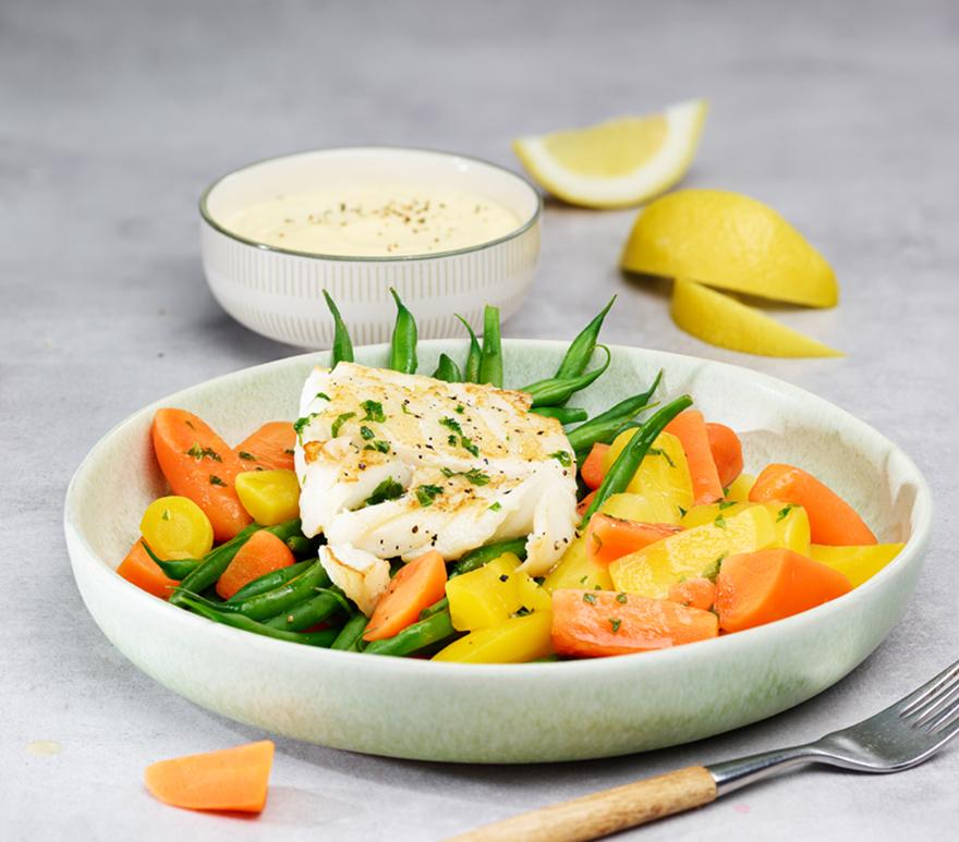 Hvit fisk, gulrøtter, brekkbønner og gulbeter på en tallerken. Foto.