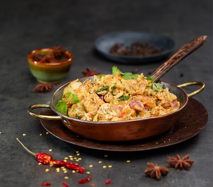 Indisk gryte i metallpanne, dandert med chili og anis. Foto.